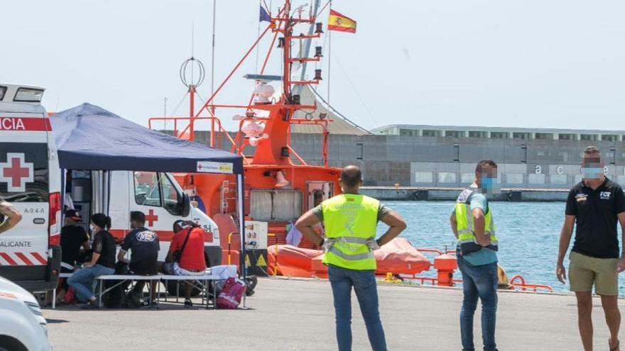 Interceptada en Alicante una patera con once hombres y una mujer embarazada de ocho meses