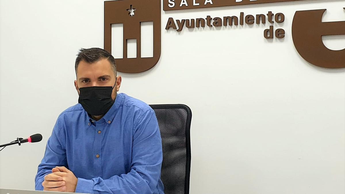 El concejal Javier Rivera durante su comparecencia en el Ayuntamiento de Elda.