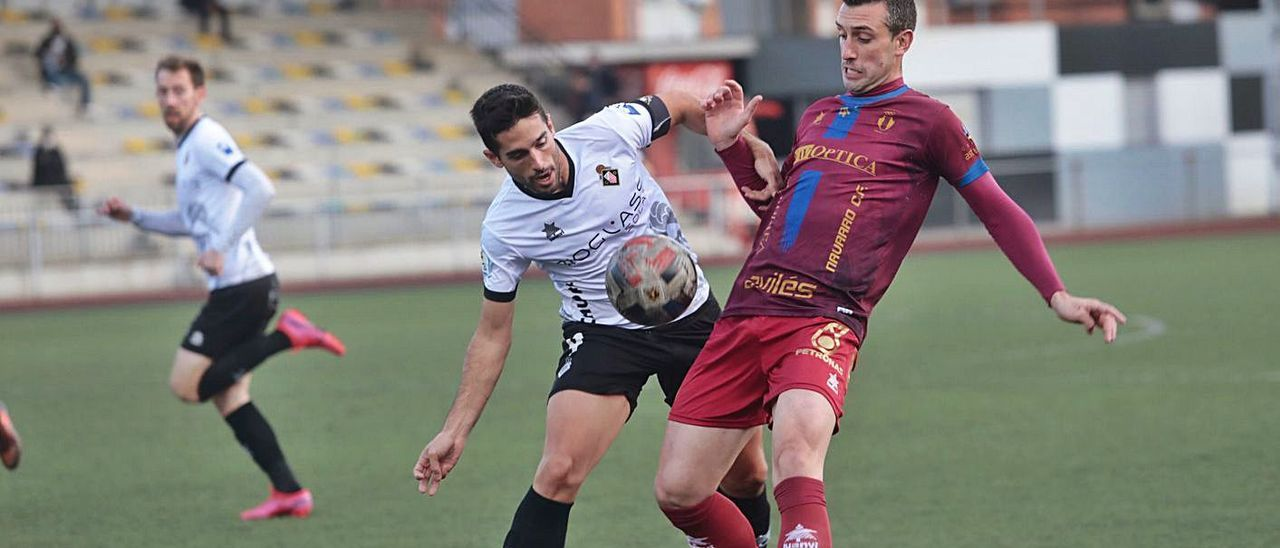 Borja Navarro pelea un balón con Berto en un lance de la primera mitad. | Miki López