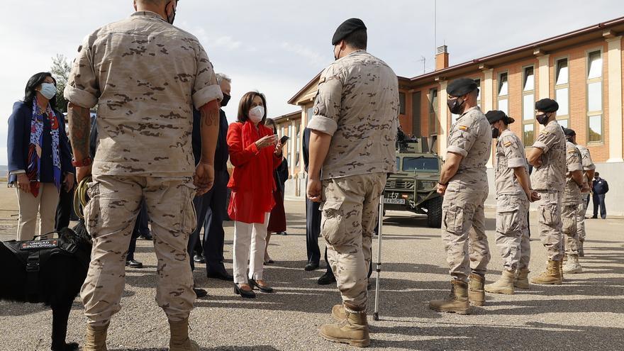 """La ministra Robles destaca la """"humanidad"""" de los militares de la Base Aérea de Zaragoza en Afganistán"""