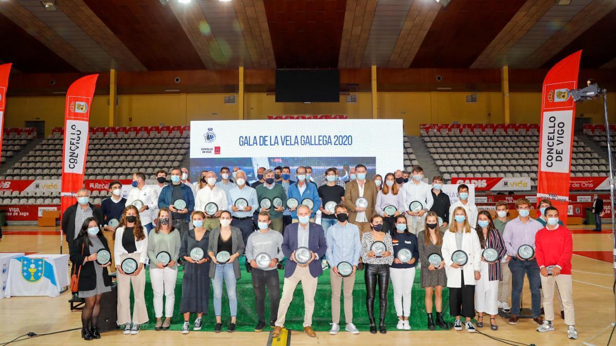 Foto de familia de los premiados en la gala de la Federación Gallega de Vela.