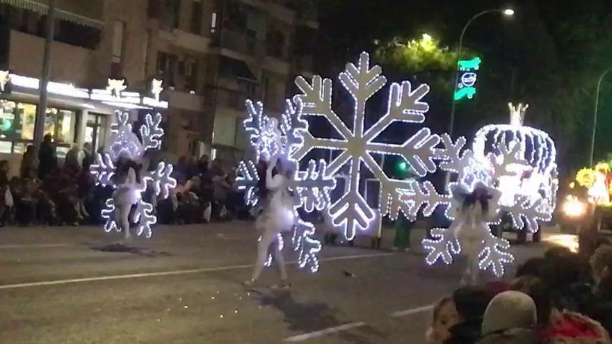 Personajes de cuento escoltan a los Reyes Magos de Murcia en su cabalgata