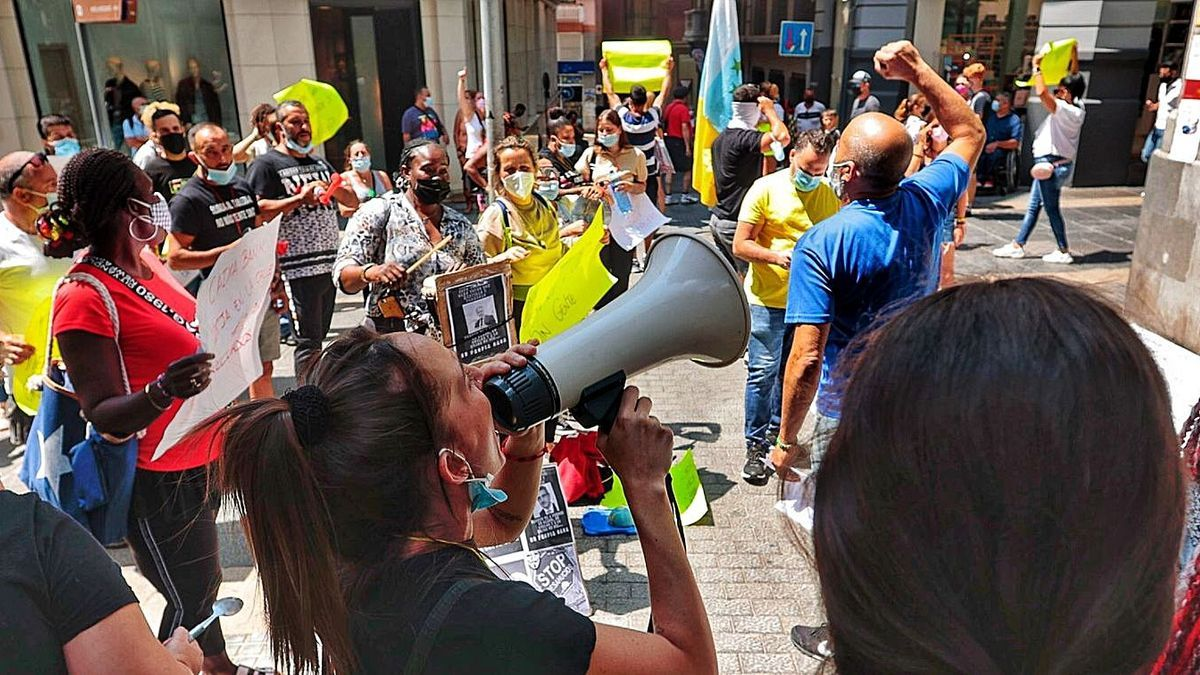 Los vecinos acampados frente a Presidencia se movilizaron ayer a las puertas del Parlamento canario.