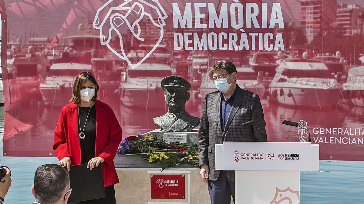 La consellera Pérez Garijo y Ximo Puig, en la ceremonia de ayer en el Puerto de Alicante. | HÉCTOR FUENTES