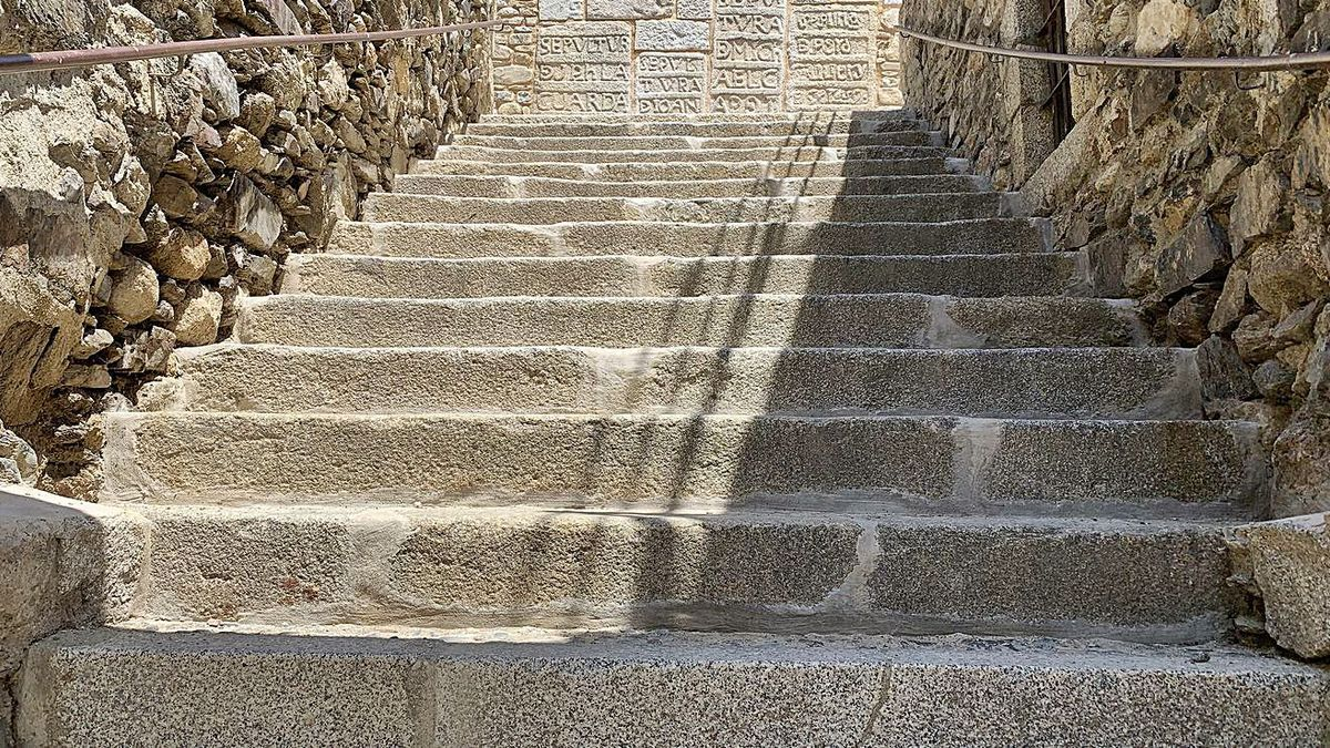 L'aspecte renovat de les escales d'accés a l'església amb les lloses sepulcrals   AJ LLÍVIA