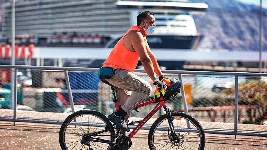Ciclista en el puerto de Santa Cruz de Tenerife.