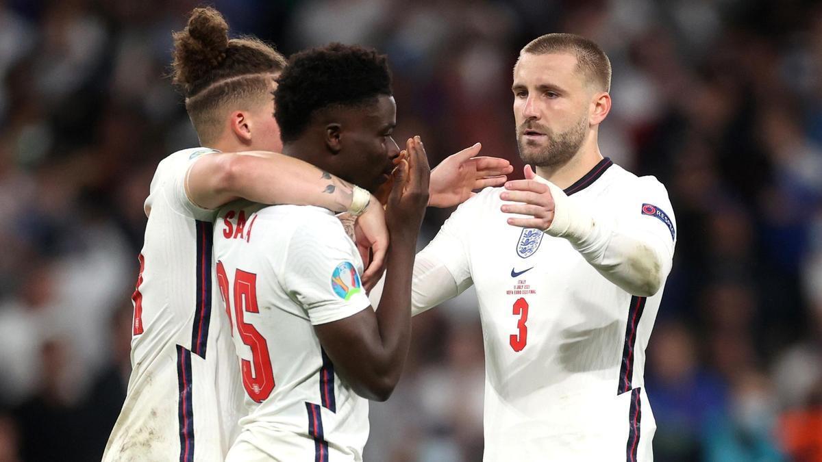 Shaw consuela a Saka tras fallar su penalti en la final de la Eurocopa