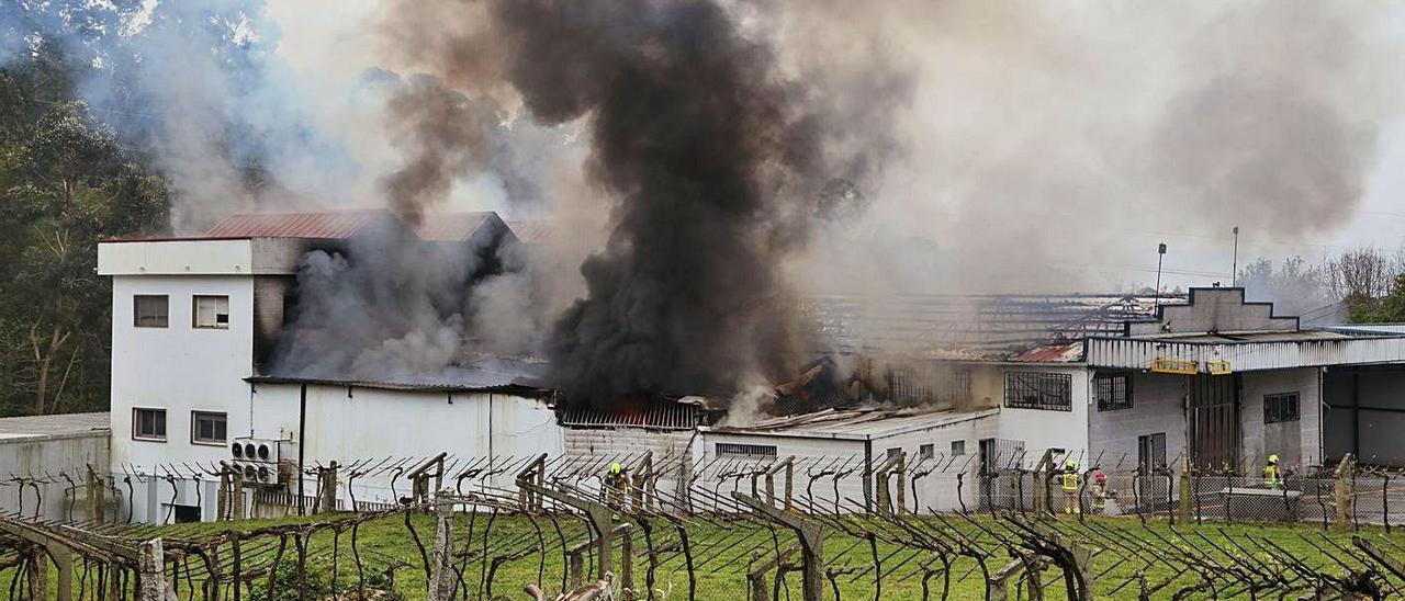 Las llamas devoraron la mitad de la nave y fueron necesarias varias dotaciones de bomberos para extinguir el fuego.     // ANXO GUTIÉRREZ