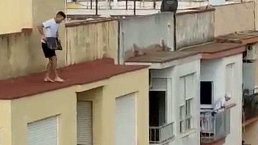 Un vecino capta el momento en que un joven lanza una placa de mármol a la calle en un edificio okupado de Benicarló