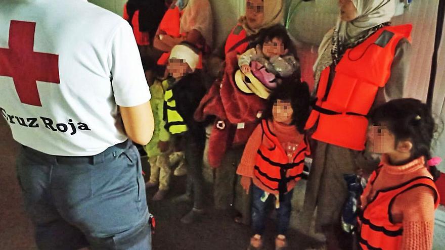 Rescatadas 95 personas, entre ellas once niños, en la mayor oleada de pateras del año