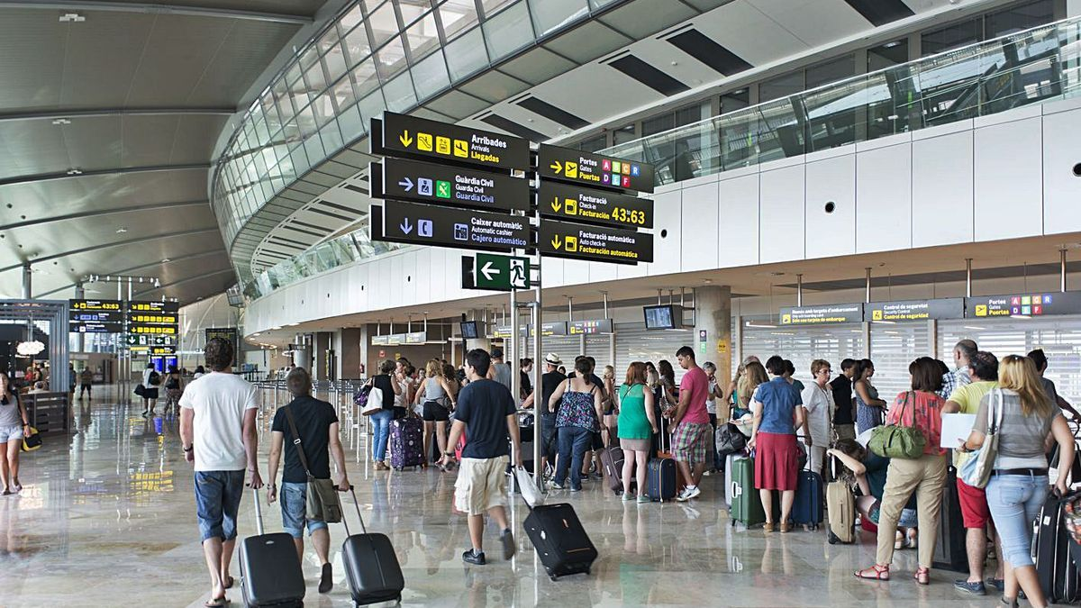 Terminal de salidas del aeropuerto de Manises, antes de la pandemia.