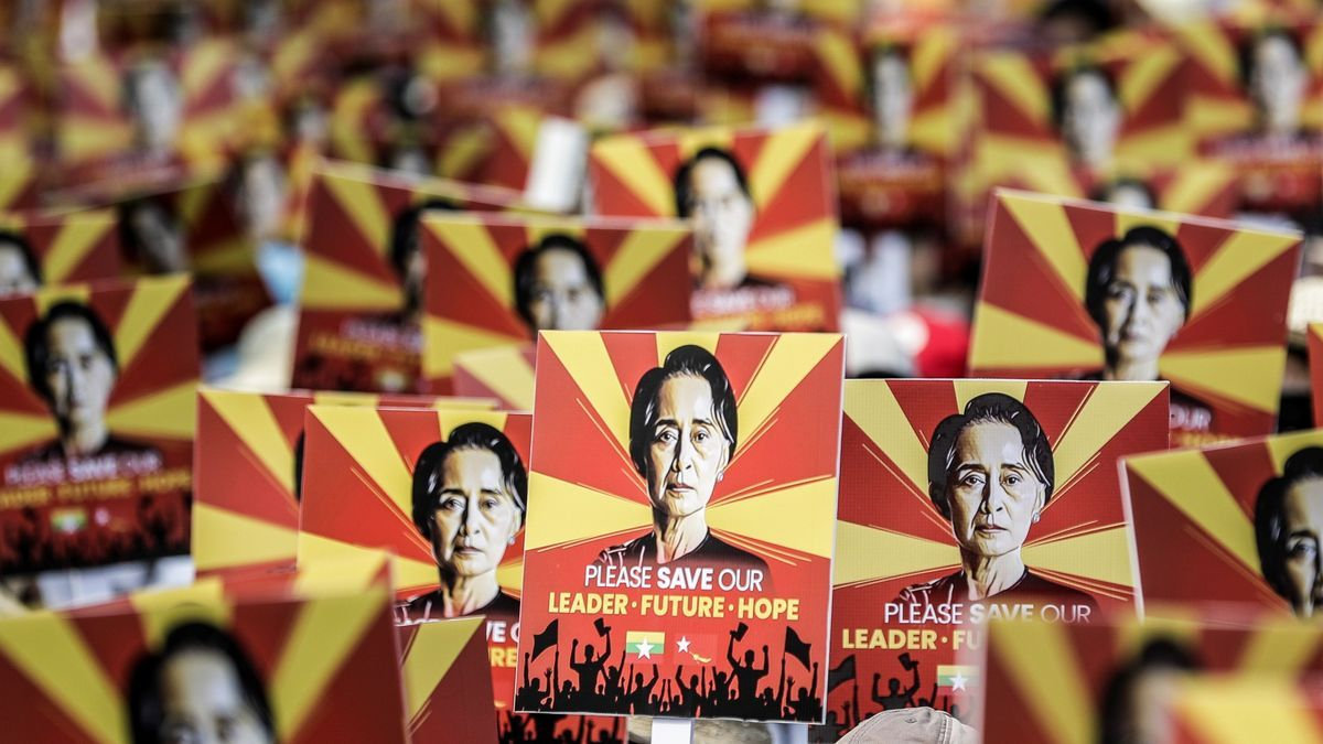 Simpatizantes de la depuesta líder birmana Aung San Suu Kyi protestan a las puertas de la embajada china en Rangún.