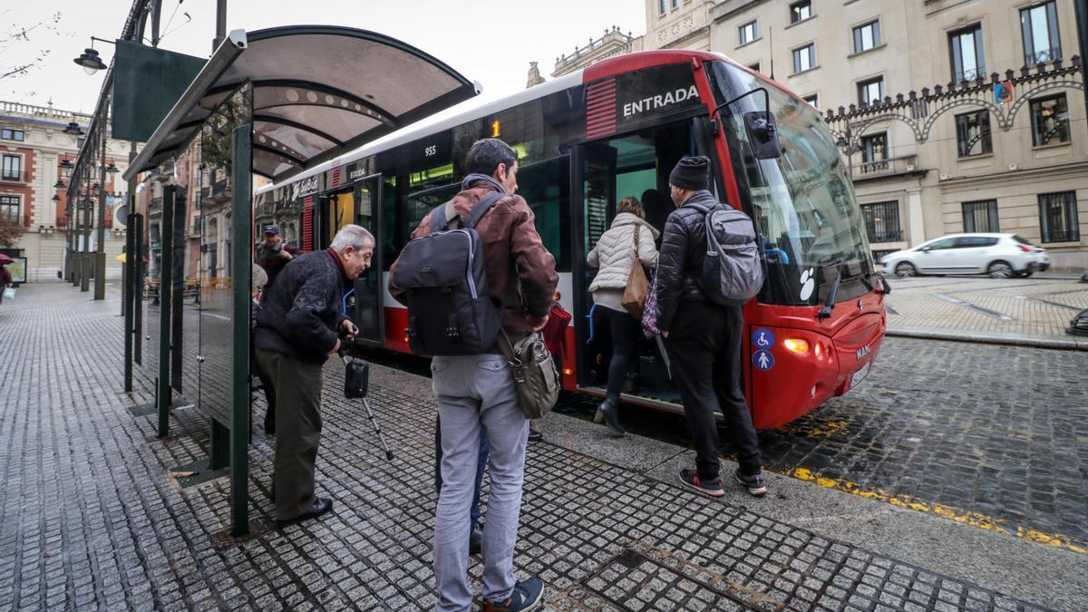 Imagen de un autobús en la plaza de España