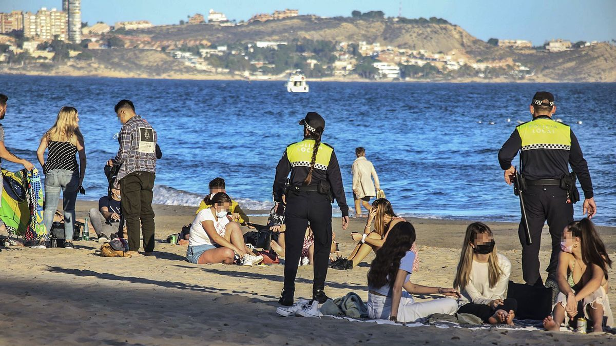 Agents of the Local Police of Alicante yesterday with several groups of young people.