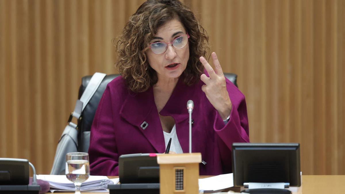La ministra de Hacienda y Función Pública, María Jesús Montero, interviene en una rueda de prensa tras la entrega del Proyecto de Ley de Presupuestos del Estado de 2022, a 13 de octubre de 2021, en Madrid, (España).