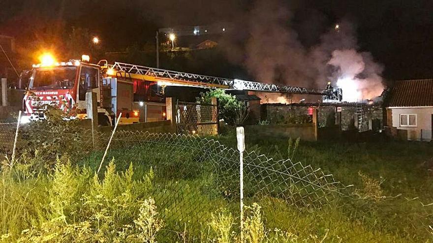 Un incendio deja inhabitable una vivienda en A Ermida