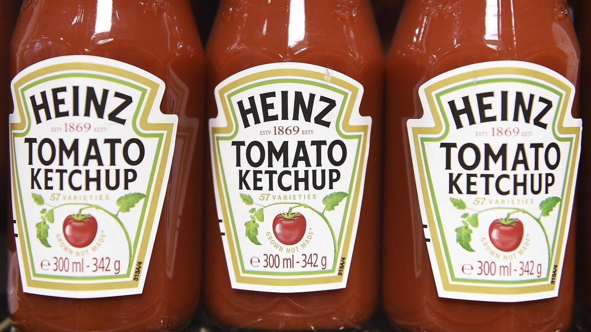 Botes de ketchup Heinz.