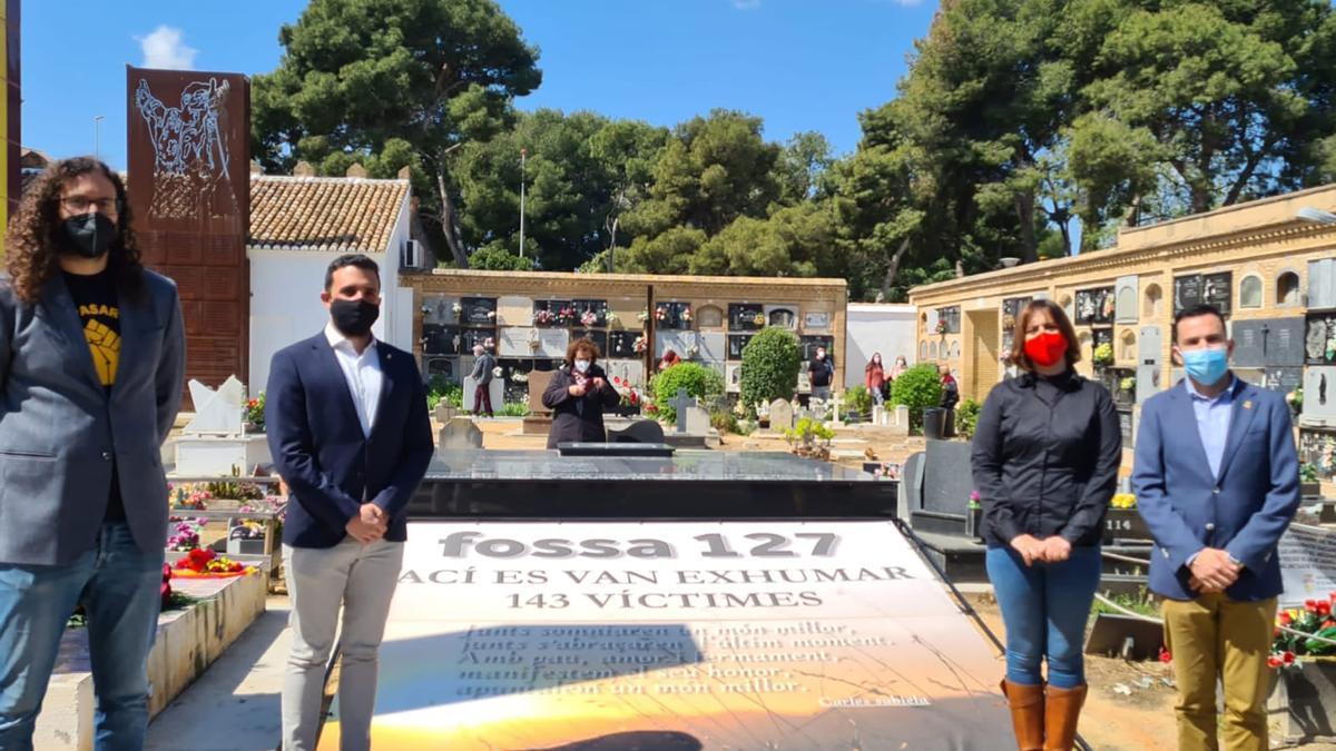 Els alcaldes de Sagunt i Canet, més el regidor Guillermo Sampedro, al cementeri de Paterna.