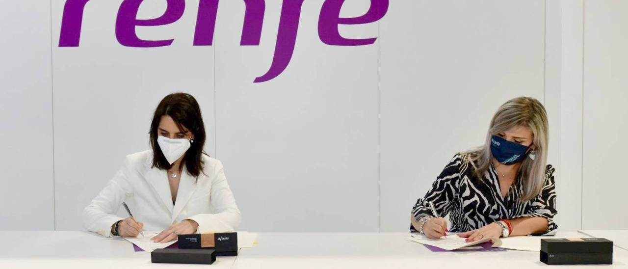 La vicealcaldesa Mari Carmen Sánchez firma el convenio con al directora de Ventas de Renfe