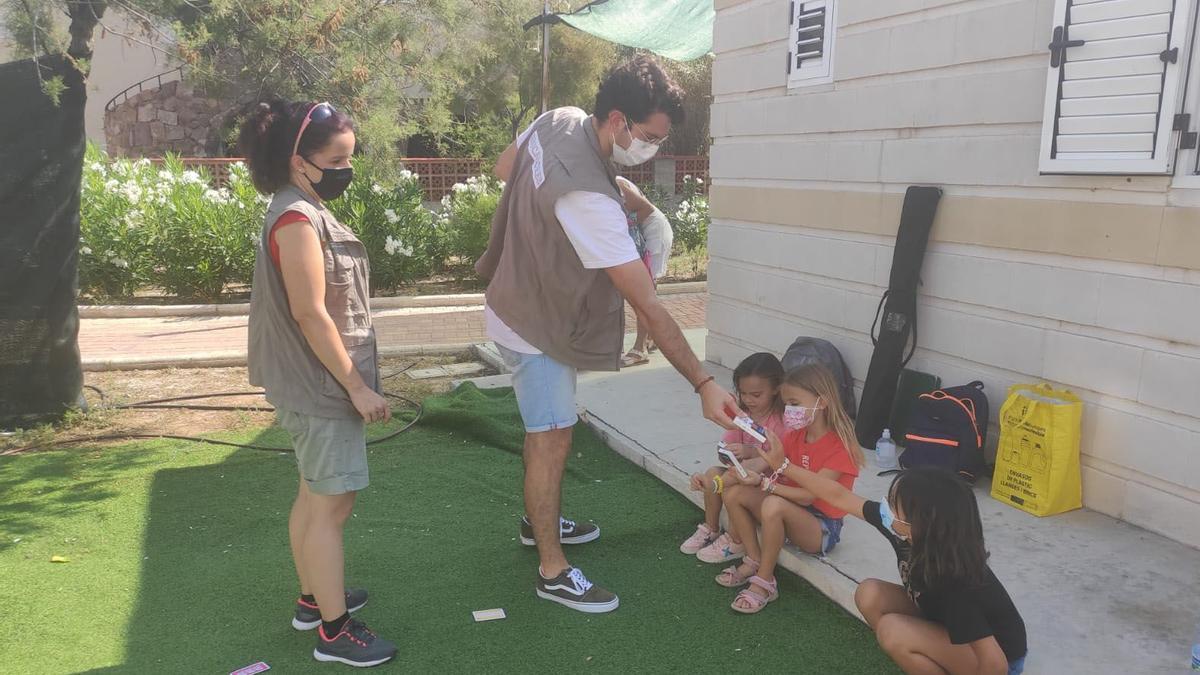 Alguns dels participants en la segona de les activitats celebrades a Almenara, 'La tómbola del reciclatge'.
