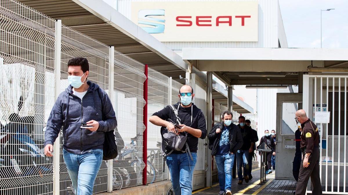 Varios trabajadores salen tras acabar su turno en Seat.