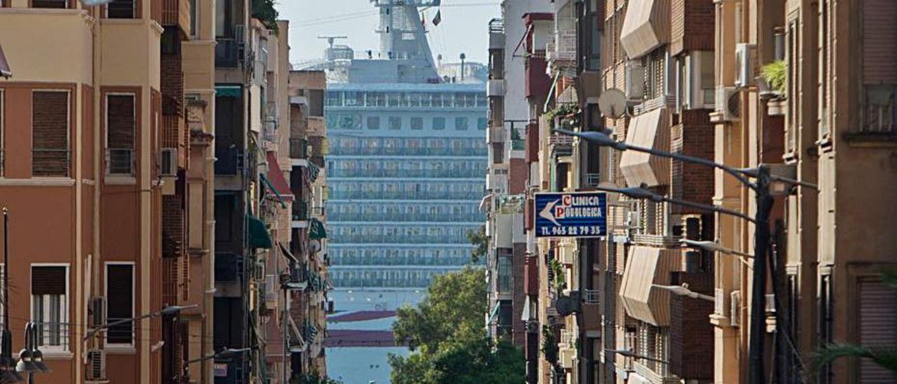 La Rambla y, al fondo, un crucero, en 2018.   JOSE NAVARRO