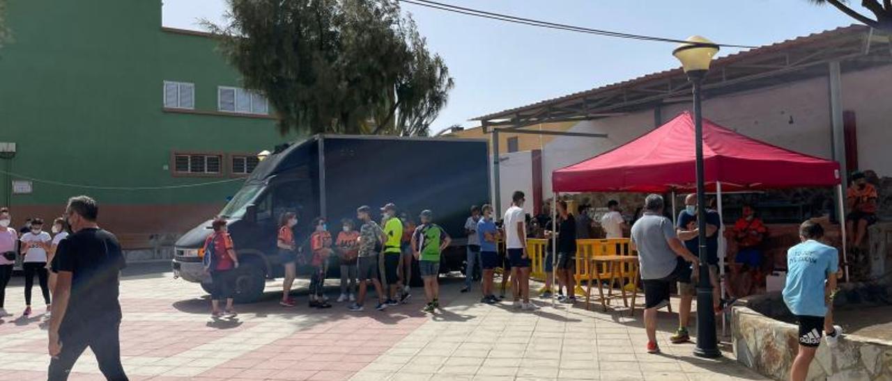 Vecinos y participantes de la competición momentos antes de la suspensión, el pasado sábado | | LP/DLP