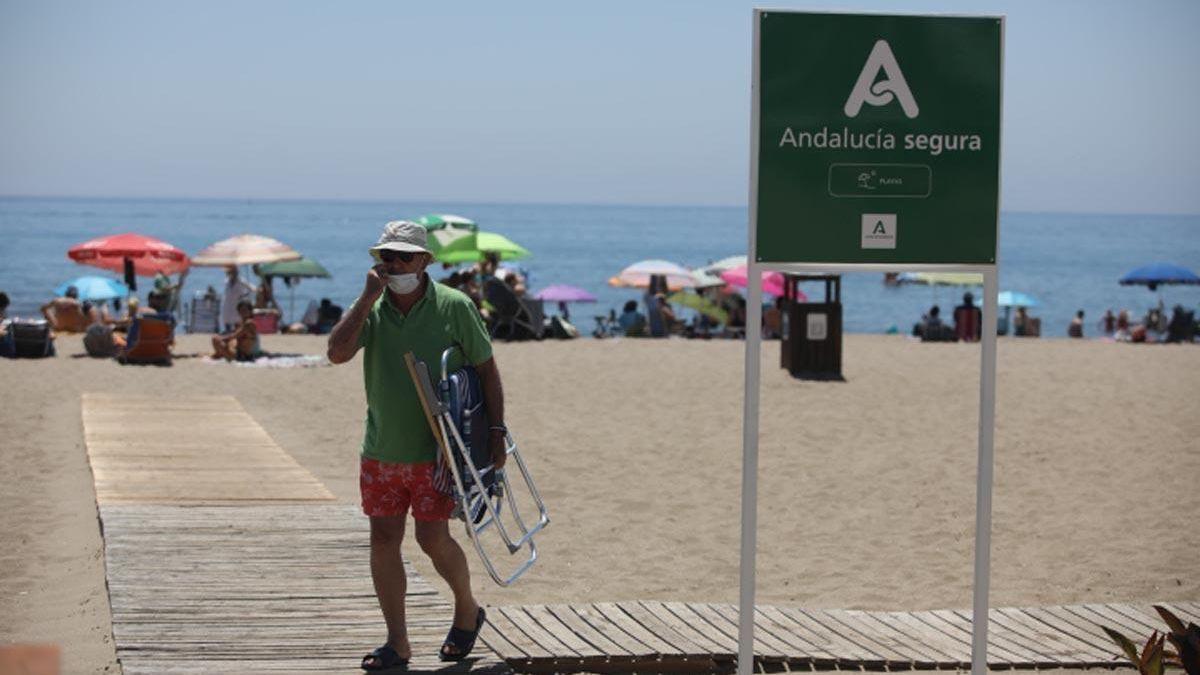 Un hombre saliendo de una playa en Andalucía.