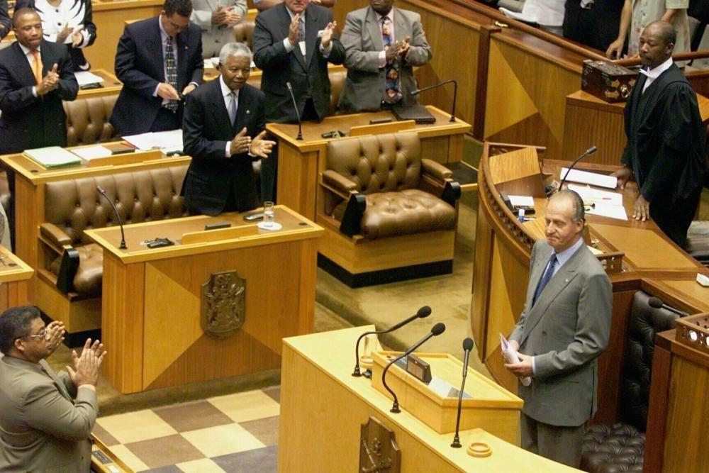 Nelson Mandela aplaude un discurso de Juan Carlos I durante una visita del monarca a Sudáfrica.
