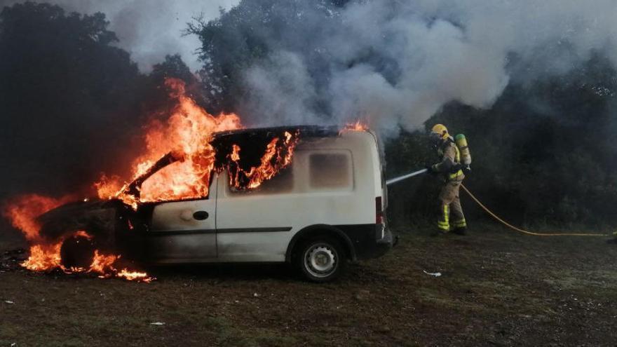 Cremen dos vehicles a Maçanet de la Selva