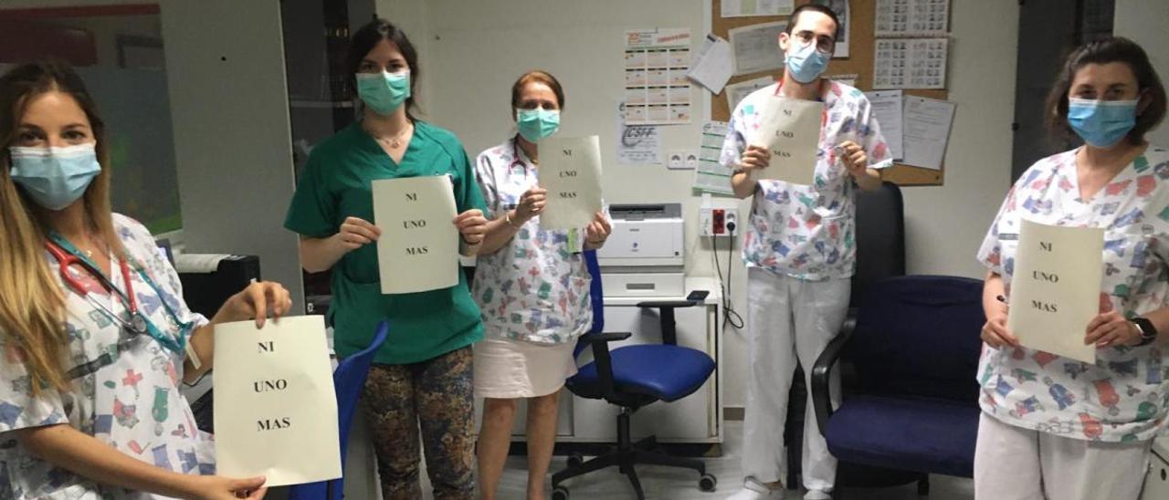 Médicos del Hospital General de Alicante en el homenaje a los facultativos fallecidos.