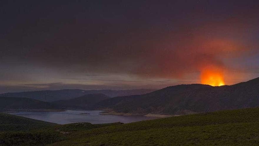 Los incendios del Invernadoiro: sin extinguir y con un brigadista herido