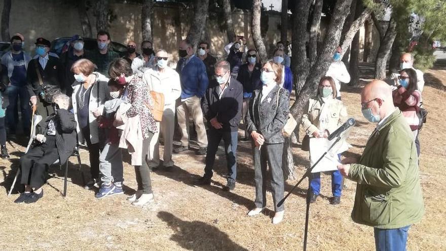 Los fusilados del franquismo reciben un emotivo homenaje en el cementerio de Monóvar