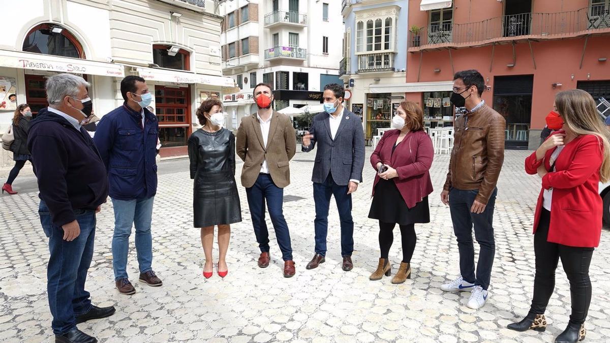 El portavoz municipal del PSOE, Daniel Pérez, en compañía de varios concejales de su grupo en el centro de Málaga