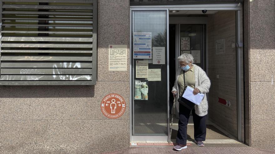Una mujer junto a un centro de salud en Madrid.