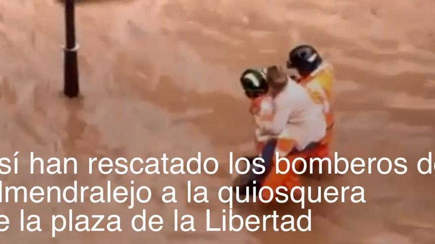Los bomberos rescatan a una quiosquera atrapada en Almendralejo