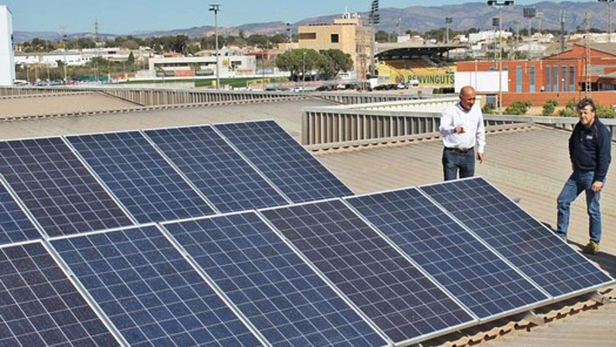 En el edificio municipal que acoge Servicios Públicos instalaron hace dos años en la cubierta 30 placas solares.