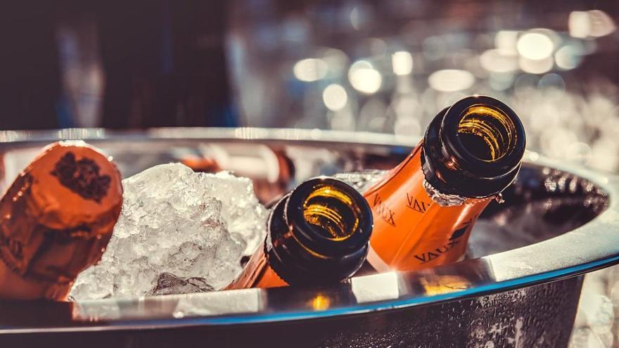 Falsos mitos sobre el consumo de alcohol: ni 'mata' el coronavirus, ni mejora las relaciones sexuales