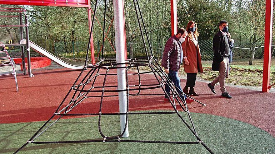 O Irixo estrena un parque infantil junto al colegio que fomenta la conciencia ecológica