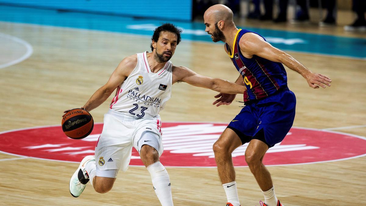 Sergio Llull, con el balón ante la defensa del base griego del Barça, Nick Calathes