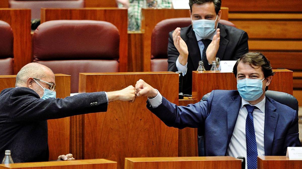 El presidente Mañueco celebra con el vicepresidente Igea la aprobación de la eliminación del Impuesto de Sucesiones ayer en las Cortes. | Nacho Gallego - Efe