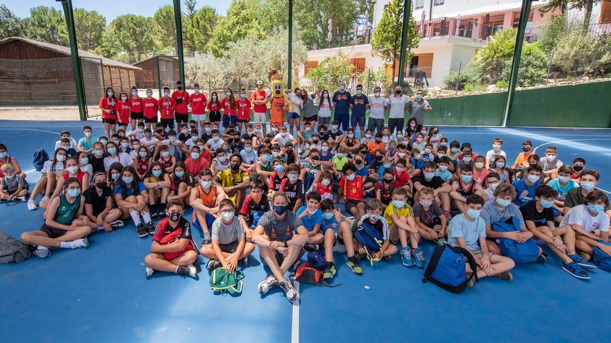 Visita de Anna Gómez al campus de verano del Valencia Basket