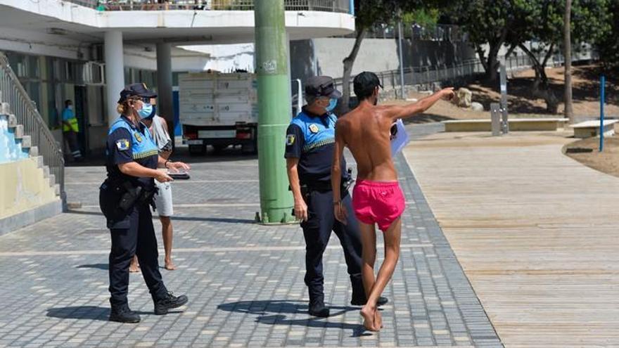 La policía local controla que en los grupos se guarde la distancia social