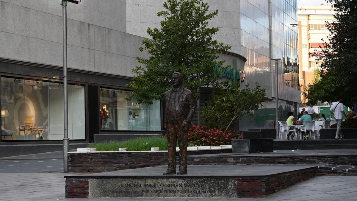 Estatua de Miguel Celdrán en la plaza Conquistadores.