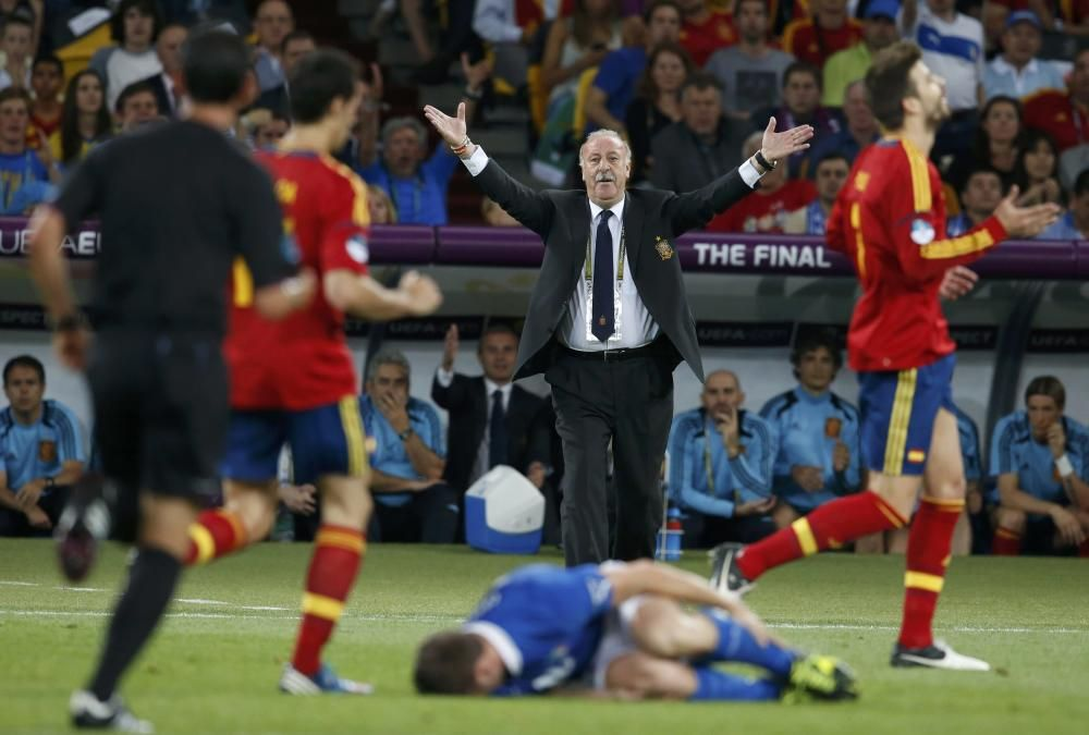 Spain's coach Del Bosque reacts as Italy's ...