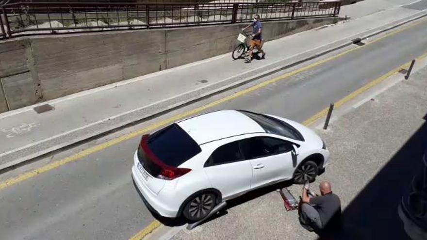 Un cotxe queda atrapat en unes pilones a Girona