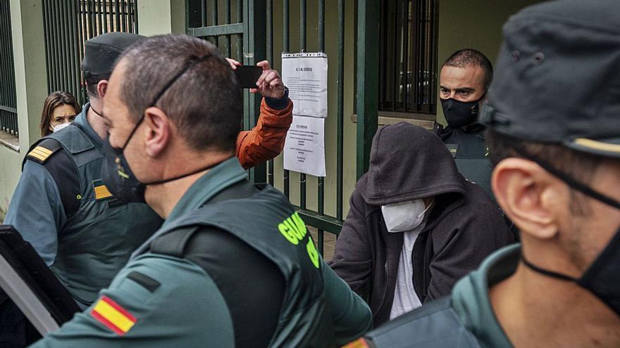 """Gritos de """"asesino"""" y """"cobarde"""" ante el exmarido de la víctima, que ingresa en prisión"""