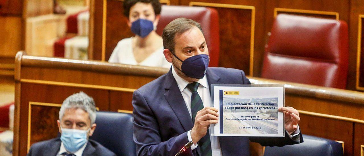 El ministro José Luis Ábalos mostró ayer en el Congreso el informe que encargó el PP en 2012.