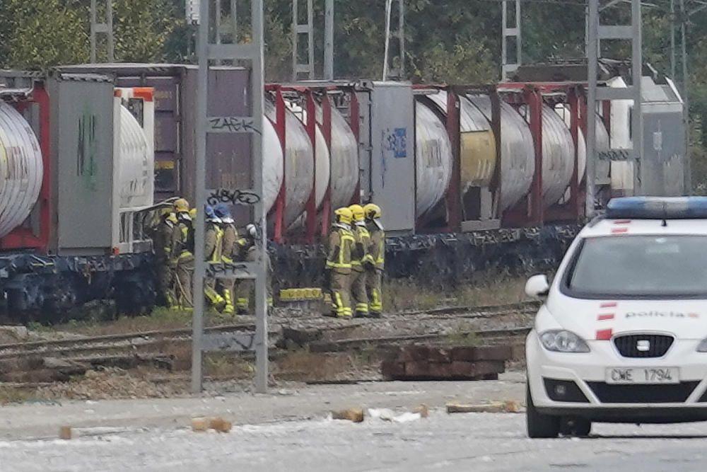 Els efectius d''emergències desplaçats a l''estació de mercaderies per la fuita en un tren de mercaderies