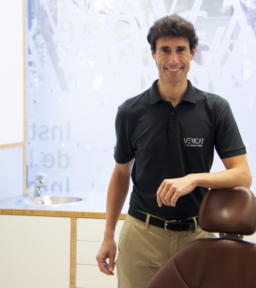 El Dr. Alberto Vericat es especialista en implantes dentales.